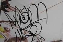 V noci na pátek pomaloval sprejer půlmetrovou kresbou výlohu v ulici Koliště. Foto: Městská policie Brno