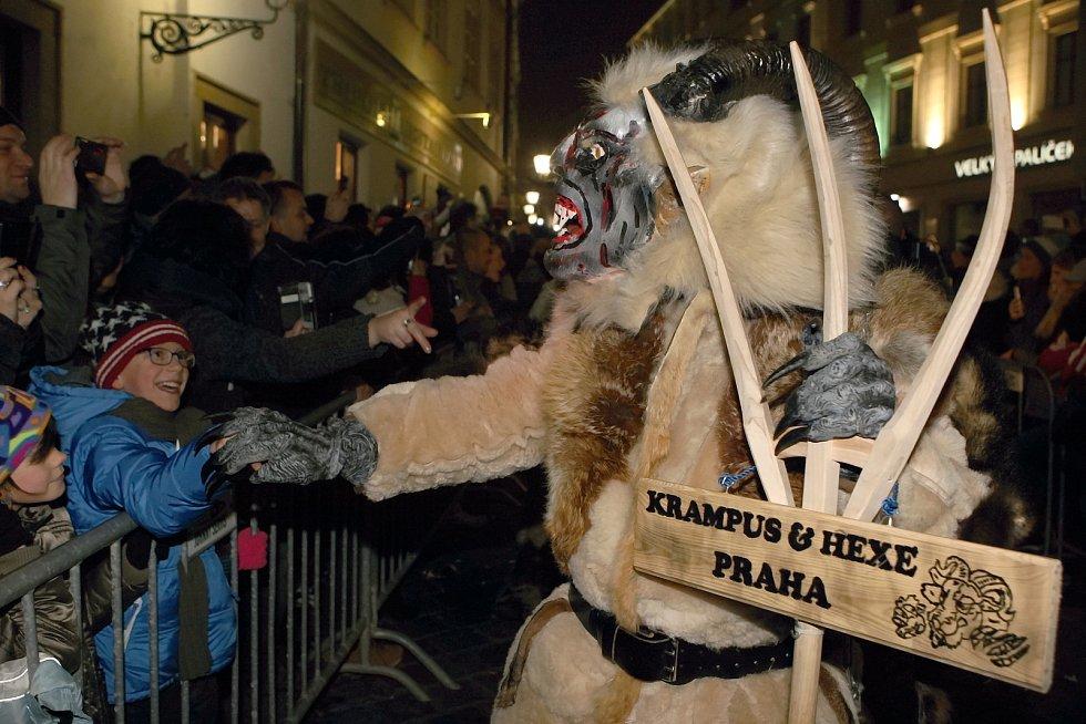 Pochod čertů Krampusáků na brněnském Zelném trhu.