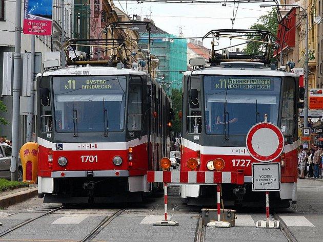 Tramvaje, které jezdily přes Joštovu ulici, se kvůli jejím opravám řídí výlukovým jízdním řádem.