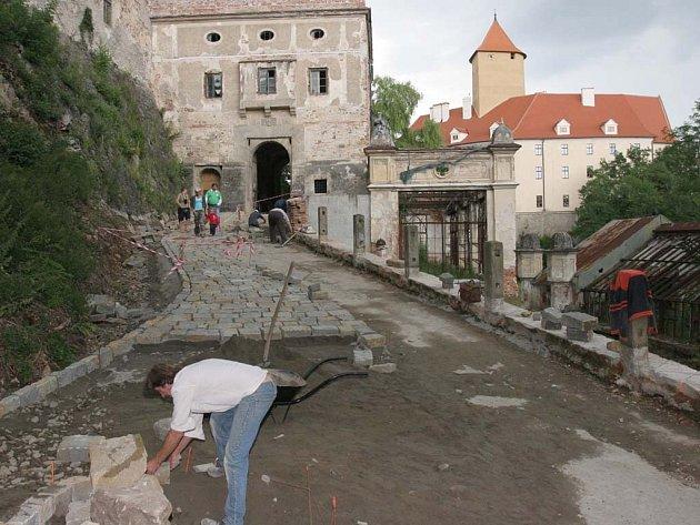 Budování cesty na hrad Vevří
