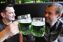 """Sklenice se zeleným pivem dnes už od oběda plní ve velké části brněnských restaurací. Se zeleně zbarveným pivem, které má naplnit požadavek na """"něco zeleného"""" v jídelníčku na Zelený čtvrtek, přišel před čtrnácti lety brněnský pivovar Starobrno."""