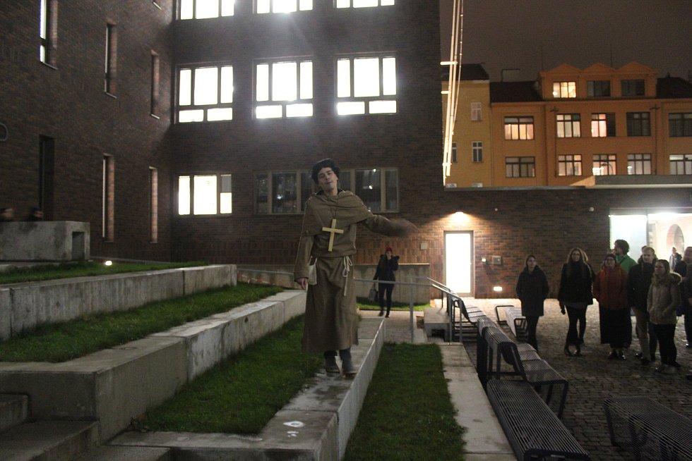První brněnská defenestrace na nádvoří filozofické fakulty.