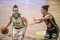 Basketbalistka KP Brno Eva Kopecká (s míčem) v semifinále domácího poháru proti Žabinám.