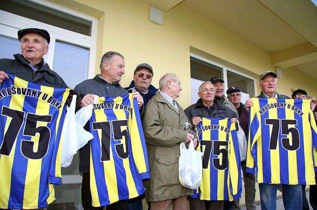Bývalí hrušovanští hráči dostali pamětní dresy.