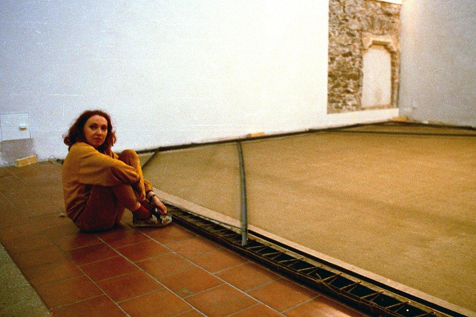 Rok 1994 výstava 15 pláten Slovanské epopeje v Minoritkirchen Rakousko. Na snímku Ivana Přibylová.