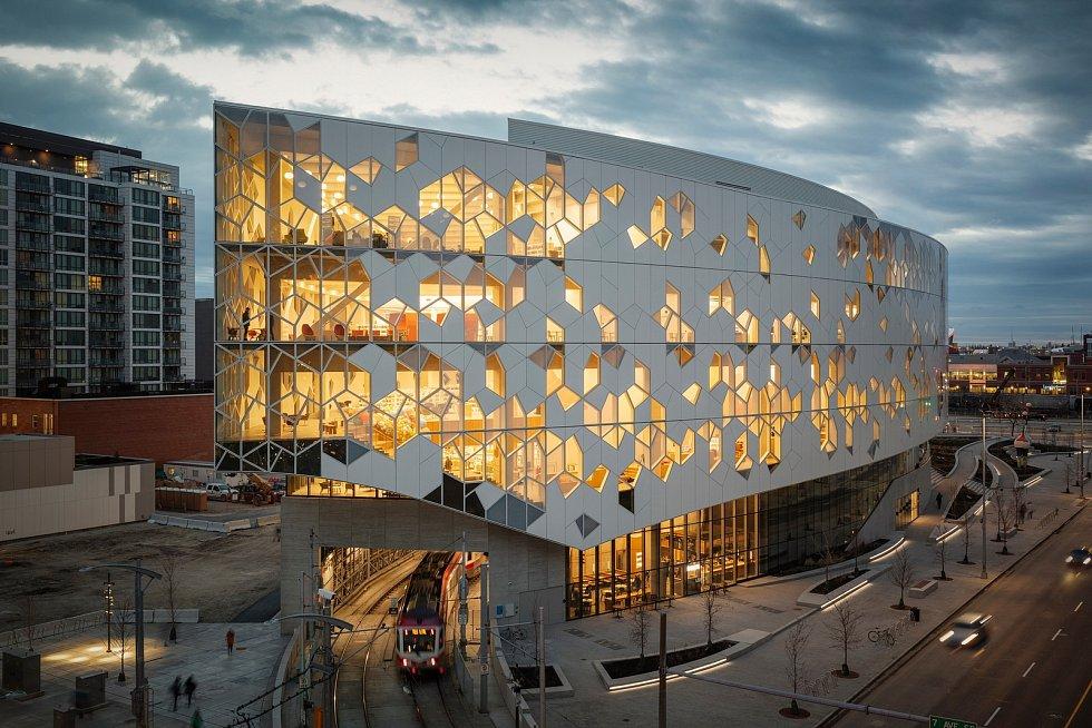 Knihovna a náměstí, Calgary Central, Kanada.