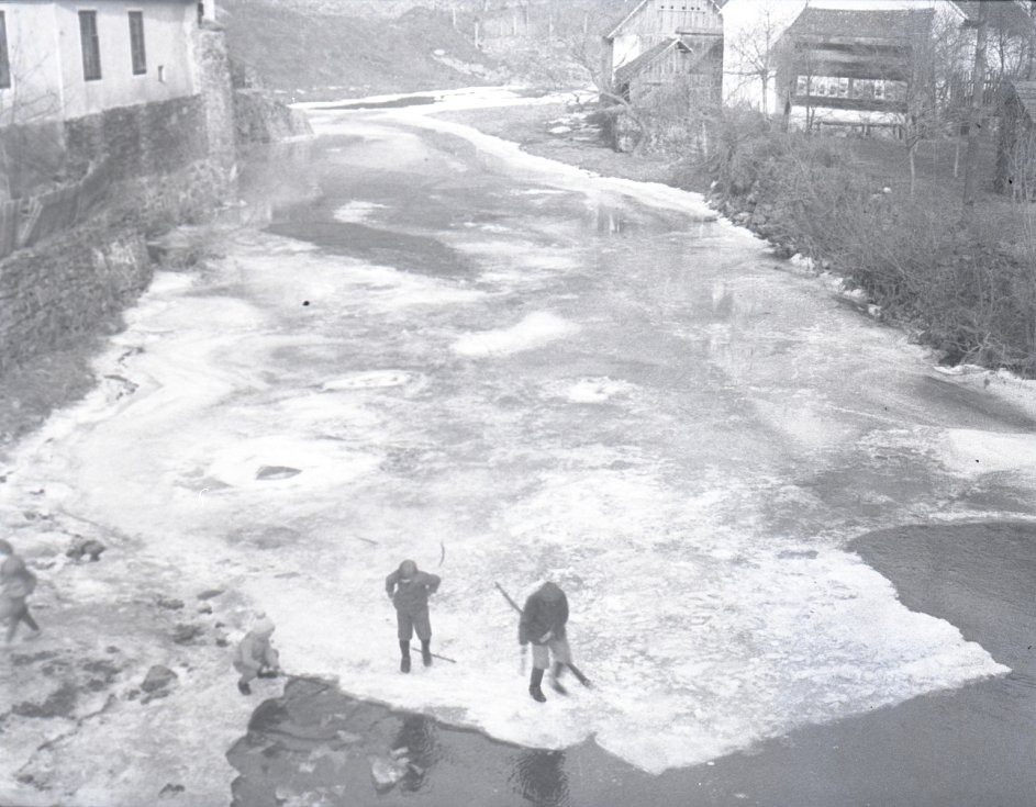 Starý Bítov, okres Znojmo. Pohled v zimě na tok řeky Želetavky ve vesnici. Autor Weidenthaler.