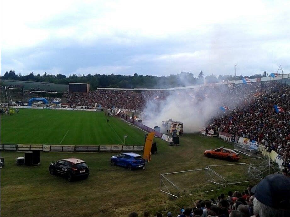 Hasiči se museli vypořádávat s menším ohněm. Pravděpodobně se vznítila jedna z dýmovnic, kterou hodili fanoušci z kotle.