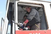 Pracovníci brněnského dopravního podniku začali likvidovat osmaosmdesát vyřazených autobusů z poloviny devadesátých let. Dělníci teď ve vrakovišti v brněnských Bohunicích staré autobusy rozebírají na části.