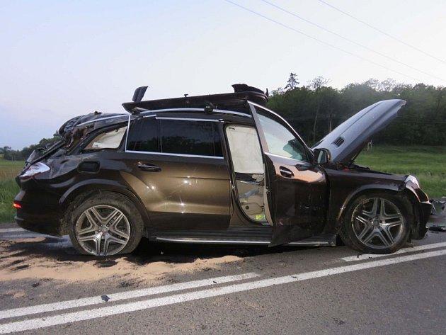 Srážka dvou aut u Čebína na Brněnsku. Podle policie nehodu způsobil jedenadvacetiletý řidič volkswagenu.  Škoda se vyšplhala zhruba na dva miliony.