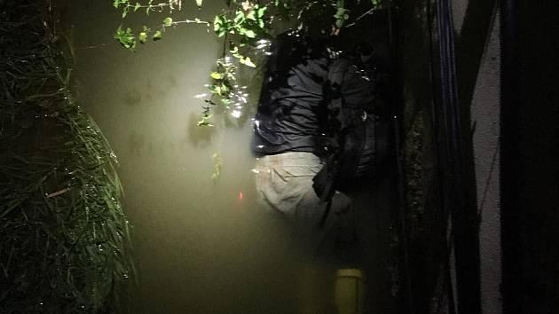 Devatenáctiletý muž utíkal před policií v Brně. Schoval se i pod vodu.