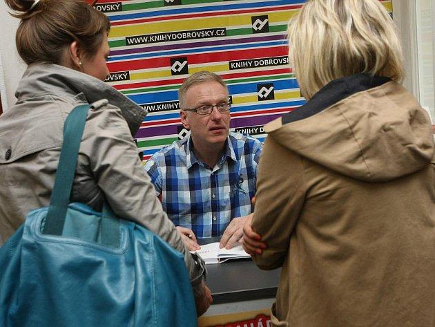 Szczygieł s brněnskými čtenáři krátce pobesedoval, poté zájemcům knihu i podepsal.