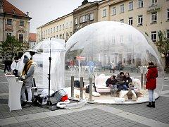 Velké průhledné bubliny a v ní pohovky určené k odpočinku se objevily na dvou místech v Brně. Lidé na ně narazí na Moravském náměstí před Moravskou galerií a u nákupního centra Galerie Vaňkovka. Jde o reklamní kampaň.