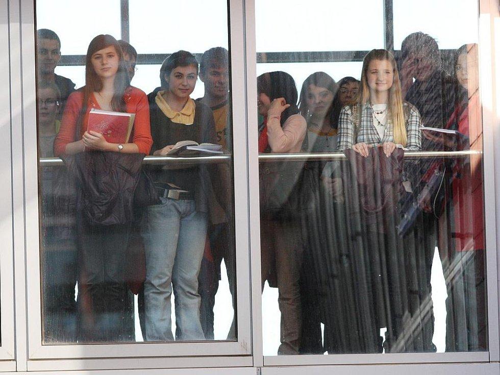 Studenti se snaží záhlednout prince Charlese.