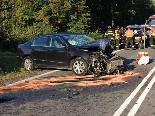 Ve čtvrtek ráno došlo na silnici mezi Popůvkami a Rosicemi k závažné dopravní nehodě. Dvacetiletý řidič VW Passat přejel do protisměru, kde se čelně střetl s osobním automobilem Fiat Punto. Čtyřiadvacetiletá řidička fiatu srážku nepřežila.