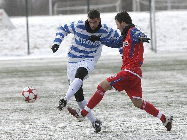 Pro hubenou výhru 1:0 si do Brněnských Ivanovic dojeli druholigoví fotbalisté Znojma (v pruhovaném), brankou Zdeňka Mičky z druhého poločasu zdolali rezervu Zbrojovky.