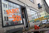 Přes výkopy a provizorní můstky se zákazníkům do obchodů v Pekařské a Husově ulici moc nechce.