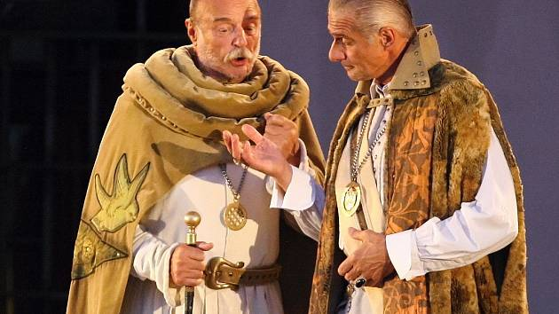 Závěrečnou reprízu Shakespearovy komedie Mnoho povyku pro nic hostilo v pondělí večer nádvoří brněnského hradu Špilberk.