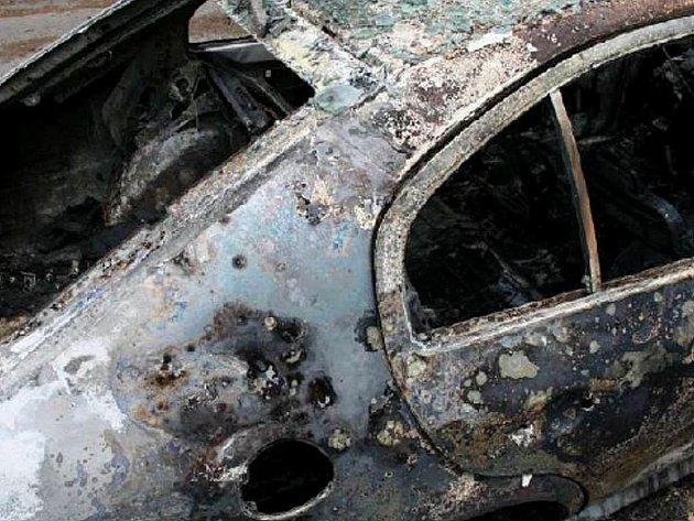 Vyhořelé auto nalezli policisté u obce Hlinné.