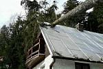 Škody po řádění větru.