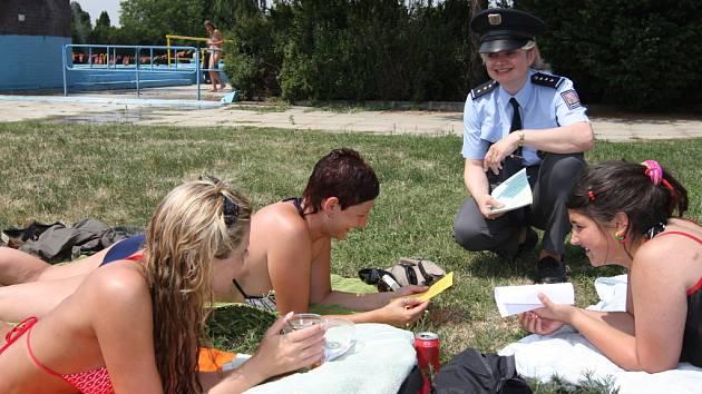 Policistka varuje před zloději na koupalištích.