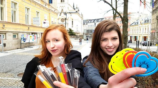 V ulicích měst po celé České republice prodávají od pondělí 21. září studenti plastiková srdíčka a nebo propisovací tužky s logem charitativní sbírky.