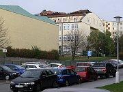 Poničená střecha na Základní škole v Horníkově ulici v Brně-Líšni.