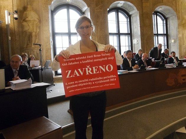 Netradičně v úterý začalo poslední jednání Zastupitelstva města Brna v tomto volebním období. Brněnští aktivisté se se zastupiteli rozloučili a předali jim dárky.