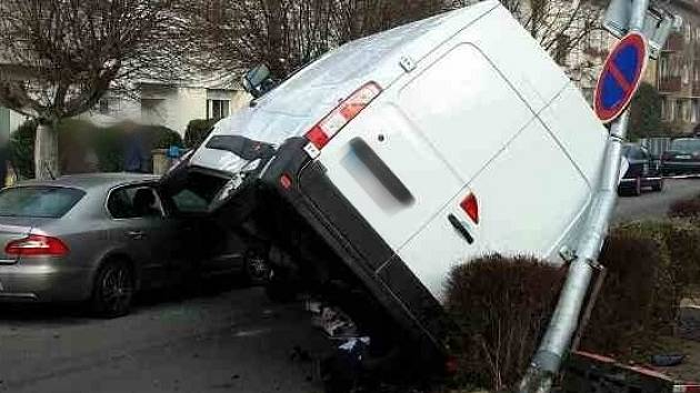 Ke kuriózní nehodě vyjížděli v neděli dopoledne jihomoravští hasiči a policisté. Řidič dodávky svým autem najel na dvě osobní auta. Porazil i sloup veřejného osvětlení.