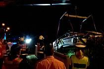 Fotky nabouraného BMW za čtyři miliony, které měli zapůjčené na testování jihomoravští policisté, zveřejnili po několika týdnech jihomoravští hasiči.