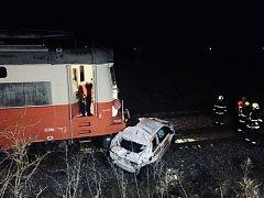 Auto spadlo z železničního přejezdu pod projíždějící osobní vlak.