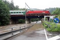 Řeka Svitava zatopila železniční podjezd mezi Bílovicemi nad Svitavou a Adamovem.
