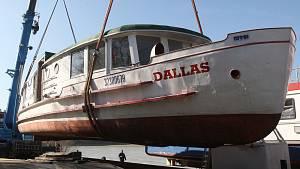 Loď Dallas zaměstnanci brněnského dopravního podniku přemístili na návěs. Kvůli opravě.