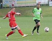 Utkání mezi TJ Start Brno (v červeném) proti TJ Rajhradice. Na snímku Lang (Brno) a Urbánek (R).