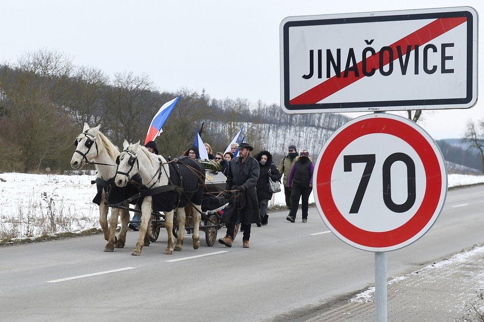 Jinačovice 16.1.2021 - protestní pochod s rakví k domu ministra zdravotnictví Jana Blatného