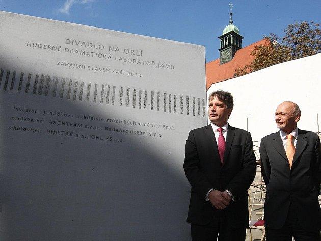 Brněnský primátor Roman Onderka při slavnostním poklepání na základní kámen divadla v Orlí.