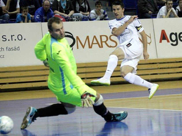 Tango Brno (v bílém) vs. Helas Brno.