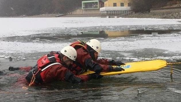 Jak zachránit lidi, kteří se proboří pod led, cvičili minulý týden hasiči na Brněnské přehradě. Čtyřdenního výcviku se účastnilo přes sto jihomoravských profesionálních i dobrovolných hasičů včetně členů brněnské Vodní záchranné služby.