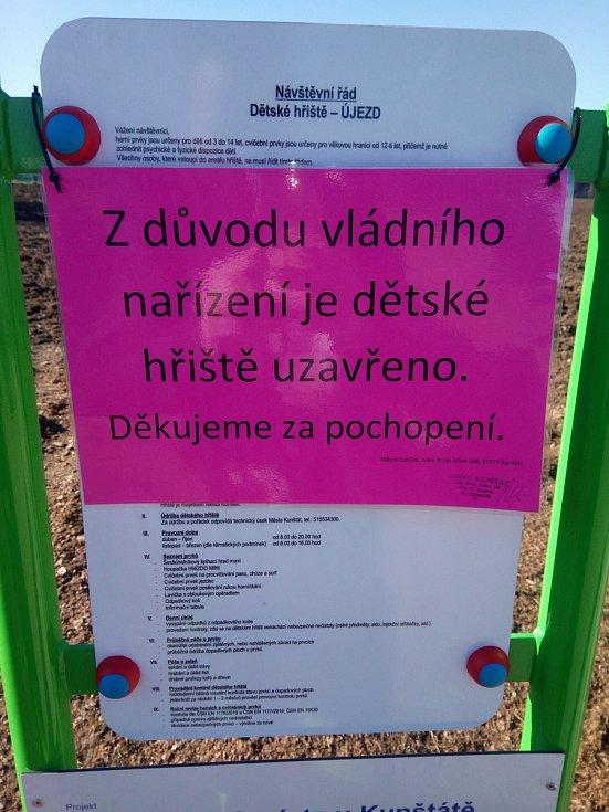 Hřiště v městské části Újezd v Kunštátu je uzavřené stejně tak jako všechna dětská hřiště v Blansku nebo Lanžhotě na Břeclavsku.