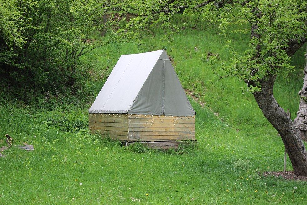 Na Kaprálův mlýn jezdí i řada návštěvníků ze zahraničí. Proto zde prezentují český skautský vynález - podsadový stan.