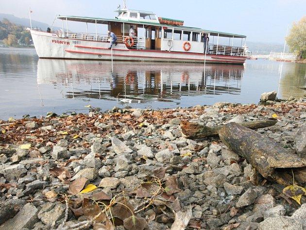 Vytahování lodí na brněnské přehradě.