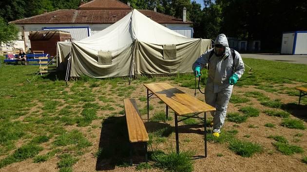 Ochrana před koronavirem. Hasiči dezinfikovali centrum pro bezdomovce