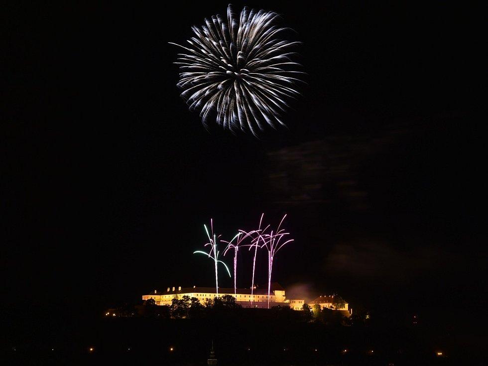 Show Nebe v plamenech české společnosti Theatrum Pyroboli odstartovala dvacátý ročník festivalu Ignis Brunensis.