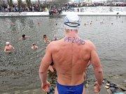 Otužilci si na Nový rok zaplavali v chladné Svratce.