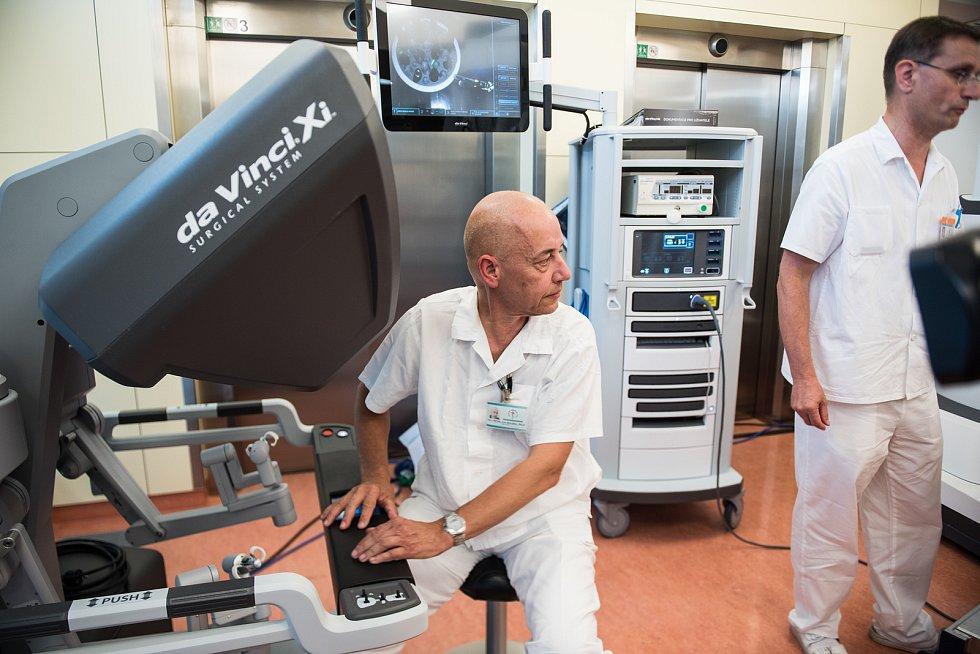 Jan Doležel má za sebou víc než dva tisíce robotických operací, což je nejvíc v České republice.