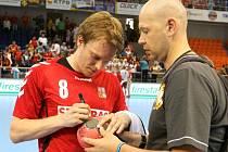Český házenkář Jiří Motl (vlevo) se podepisuje fanouškům.