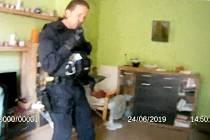 Senior upadl v bytě, strážníci se k němu dostali ze sousedova balkonu po žebříku