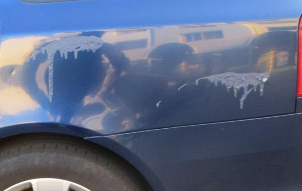Neznámý vandal poškodil v Bílovicích nad Svitavou na Brněnsku šest zaparkovaných aut žíravinou. Podobně udeřil už v minulých měsících, policie po něm pátrá.