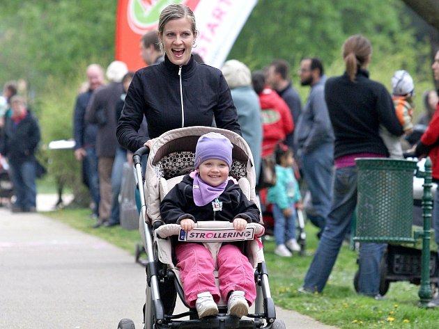 Brněnský park Lužánky v neděli zaplnili rodiče závodící s kočárky.