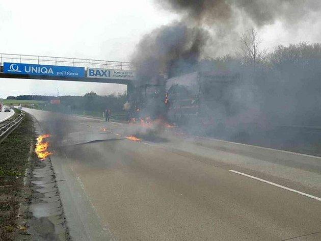 Požár zachvátil kamion na dálnici D1 ve středu krátce před druhou hodinou odpoledne. Hořící kamion zastavil poblíž mostu na 177.kilometru ve směru na Prahu uŘíčan na Brněnsku.